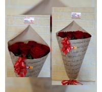 11 красных роз в крафте!