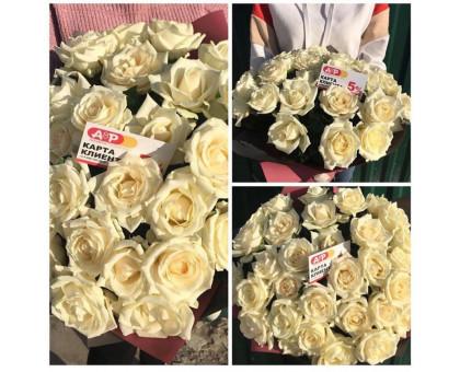 35 white roses 60 cm. In kraft packaging!