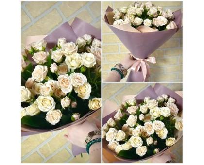 A bouquet of cream spray roses!